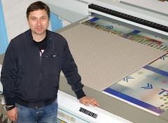 Савелий Брускин возле планшетного УФ-принтера Fujifilm Acuity EY