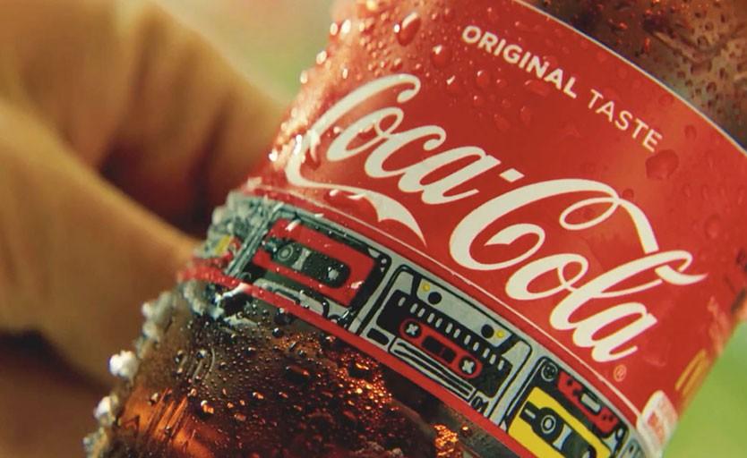 Как Coca-Cola превратила этикетку в модный аксессуар