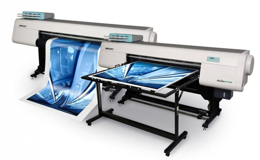 Широкоформатные УФ-принтеры Aсuity LED 1600: слева – в конфигурации для печати на рулонных материалах, справа – с приставными столами для работы с листовыми носителями