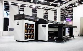 HP представила Latex R2000 – первый латексный принтер для печати на жестких материалах