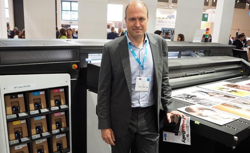 Руководитель HP Large Format Graphics Division Хуан Перез Перикот возле нового латексного принтера HP Latex R2000