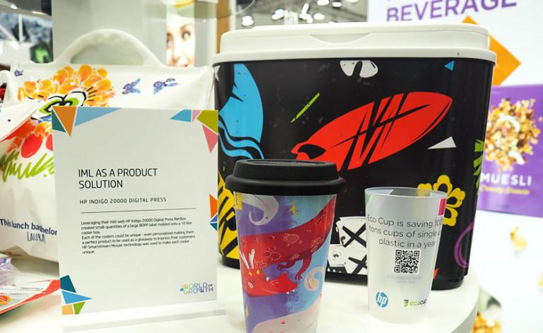 Образцы продукции с вплавленной этикеткой на стенде HP