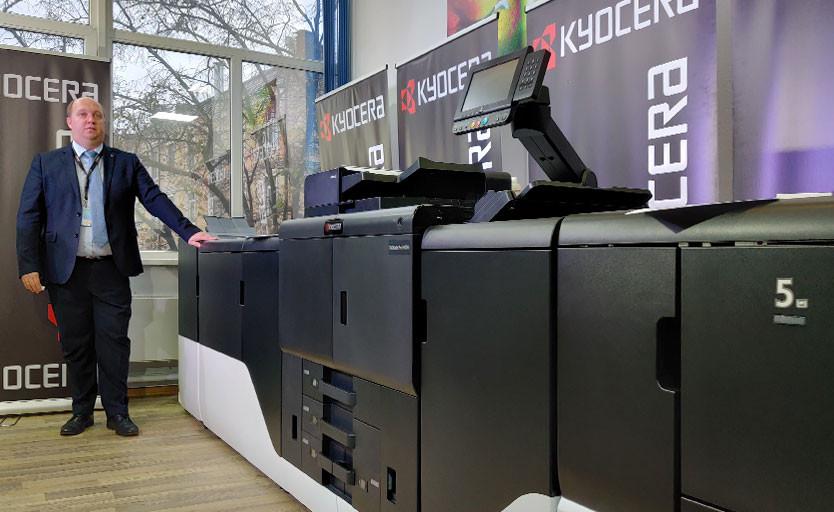 """Евгений Демидов возле Kyocera TASKalfa Pro 15000c в печатном салоне """"Оттиск"""""""