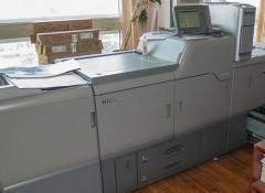 Менее года назад у «П-Центр» появилась машина  Ricoh Pro C7100X, которая позволяет использовать белый тонер для печати на прозрачных или тонированных материалах, атакже бесцветный тонер для имитации лакирования или печати флуоресцентных изображений.
