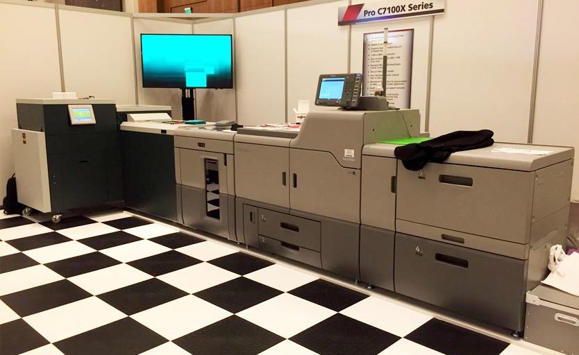 Буклетмейкер Watkiss Powersquare 224 в линию с цифровой печатной машиной Ricoh Pro c7110x
