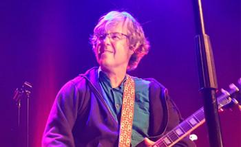 Алон известен не только своими деловыми качествами, но и прекрасной игрой на гитаре