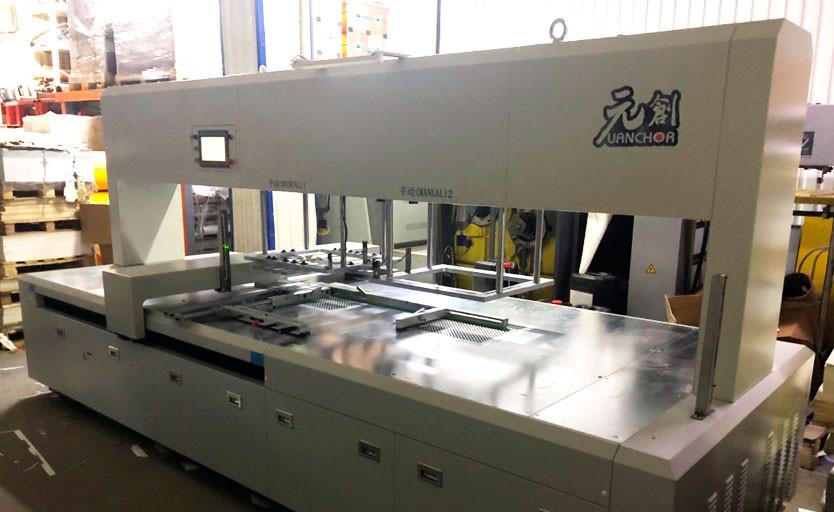 """В типографии """"Арбат"""" установлена автоматическая машина для разделения заготовок и удаления облоя"""
