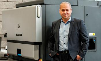 Генеральный директор типографии Aurika Арунас Акстинас возле новой цифровой печатной машины HP Indigo 8K