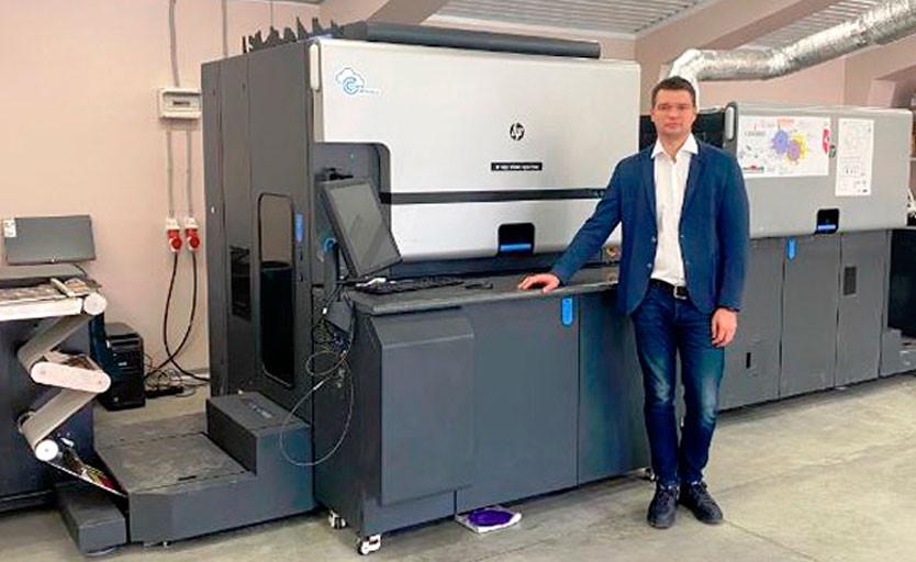 Генеральный директор типографии «Дельта Центр» Дмитрий Пермяков на фоне цифровой печатной машины HP Indigo 6900