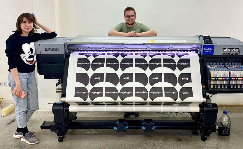 В Екатеринбурге установлен широкоформатный принтер Epson SureColor SC-F9400H с флуоресцентными чернилами
