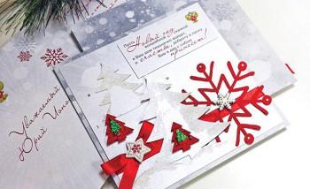 Типография выполняет немало заказов на сложных дизайнерских бумагах — открытки, приглашения, конверты и т. д.