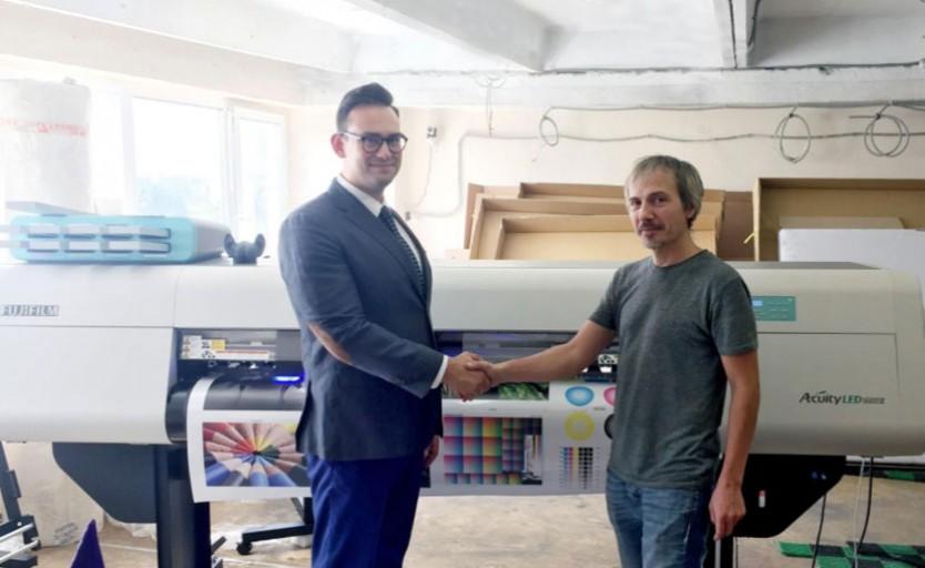 Сергей Белоусов и Руслан Байрамов возле УФ-принтера Fujifilm Acuity 1600 LED
