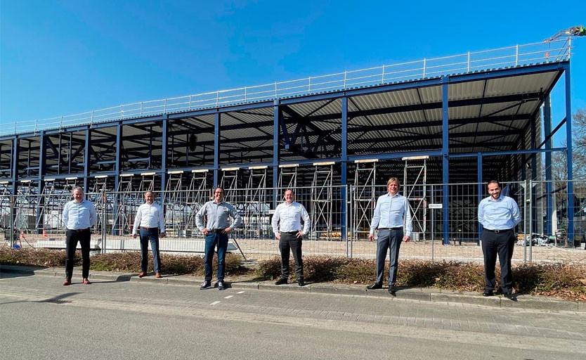 Сотрудники Heidelberg и Wilco на фоне строящегося производственного корпуса в г. Амерсфорт