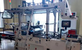 В типографии «Индустрия Цвета» установлена машина для вклейки окошек в картонные заготовки