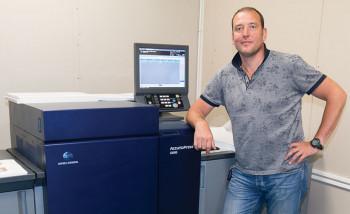 Александр Середин возле новой цифровой печатной машины AccurioPress C6085 от Konica Minolta