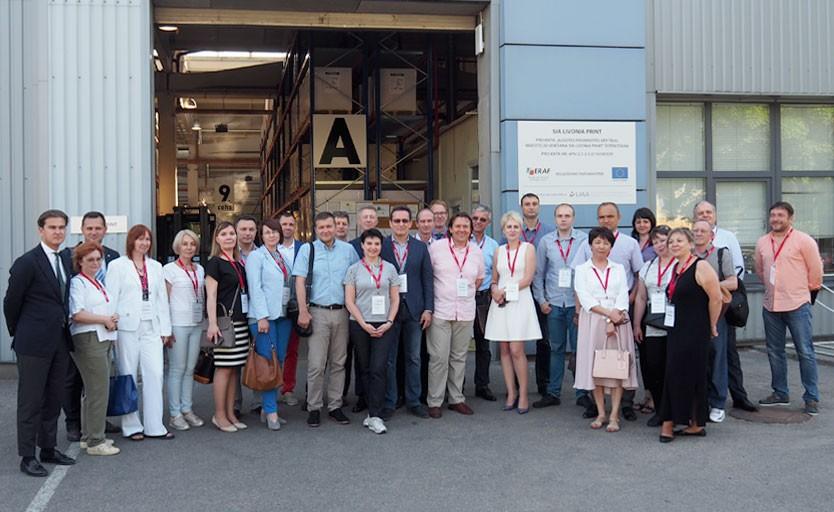 Российская делегация возле входа на производство Livonia Print