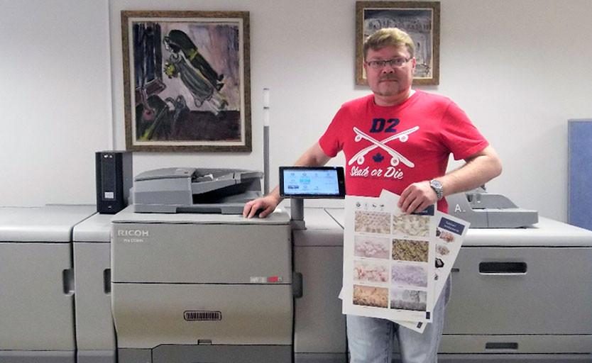 Директор типографии Logosprint Дмитрий Мишин возле новой ЦПМ Ricoh Pro C5300S