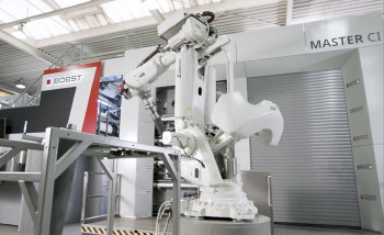 Bobst впервые показала новую флексографскую машину Master CI с роботом-дроидом