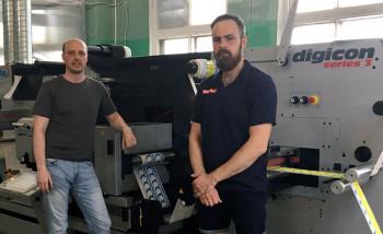Александр Мизинов (слева), директор типографии «Новелокс» и Станислав Токарев, инженеркомпании «НИССА Центрум» на фоне ABG Digicon 3