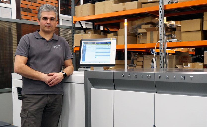 Технический директор типографии OneBook Илья Кунахович возле новой ЦПМ Canon varioPRINT 6000 Titan