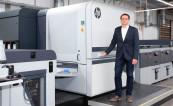 Директор по производству Onineprinters Юрген Винклер возле HP Indigo 100K
