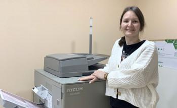 Владелец РА «Роланд принт» Вероника Суханова возле новой цифровой печатной машины Ricoh ProC5300s