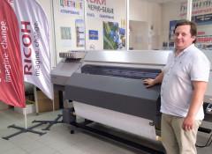 Технический директор «САН Принт» Дмитрий Ефименко возле нового латексного принтера Ricoh Pro L5160