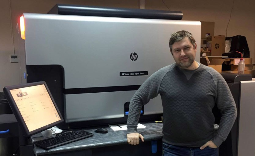 """Руководитель типографии """"Вишневый пирог"""" Евгений Тимошенко возле новой HP Indigo 7900 Digital Press"""