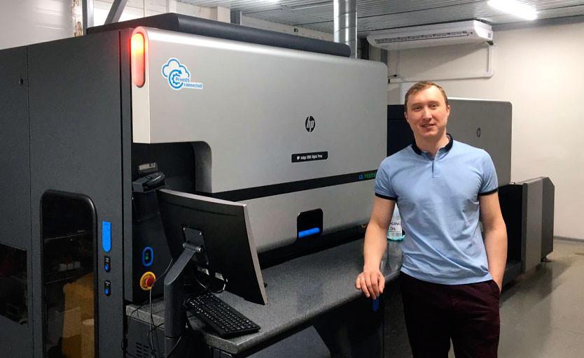 Руководитель участка цифровой печати типографии «Вятка-Флекс» Олег Заруднев возле новой ЦПМ HP Indigo 6900