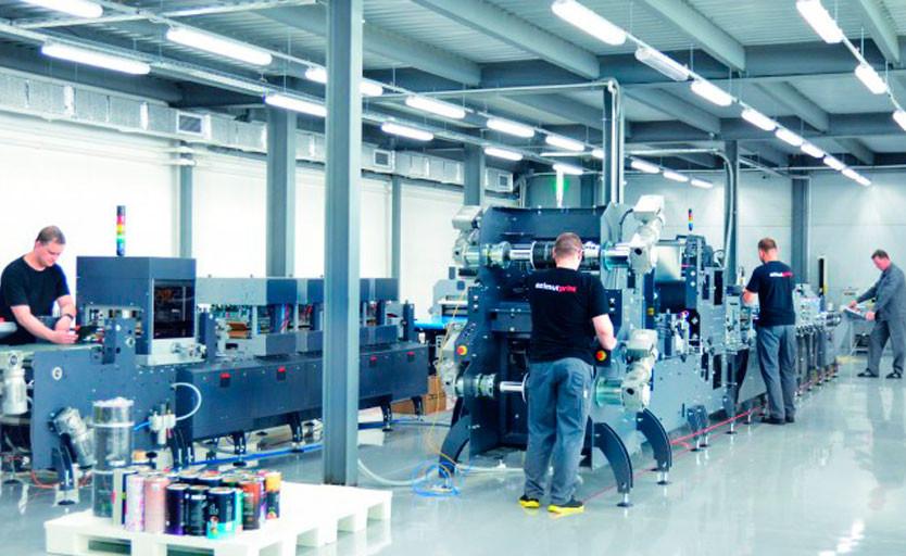 Справа: введенная в строй пакетоделательная машина Karlville KS-DSUP-400 на производстве azimutprint. Слева: пакетоделательная машина с опцией изготовления фигурных пакетов.
